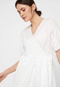 Pieces - WICKELKLEID PUFFÄRMEL - Day dress - bright white - 3