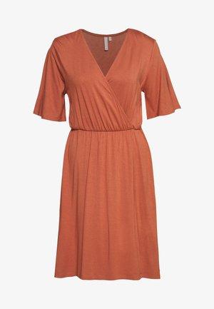 PCMARYJANE WRAP DRESS - Sukienka z dżerseju - copper brown