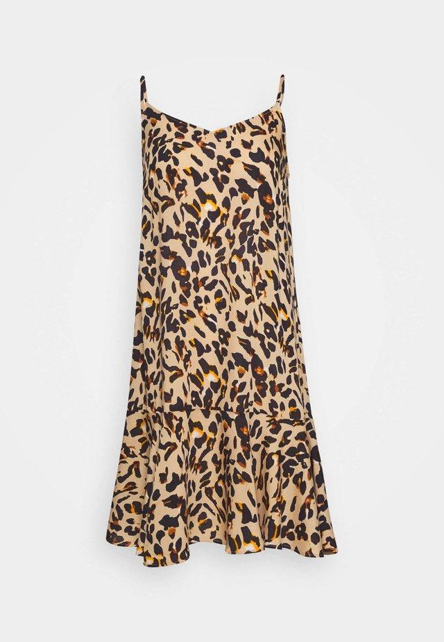 PCNYA SLIP DRESS - Korte jurk - warm sand