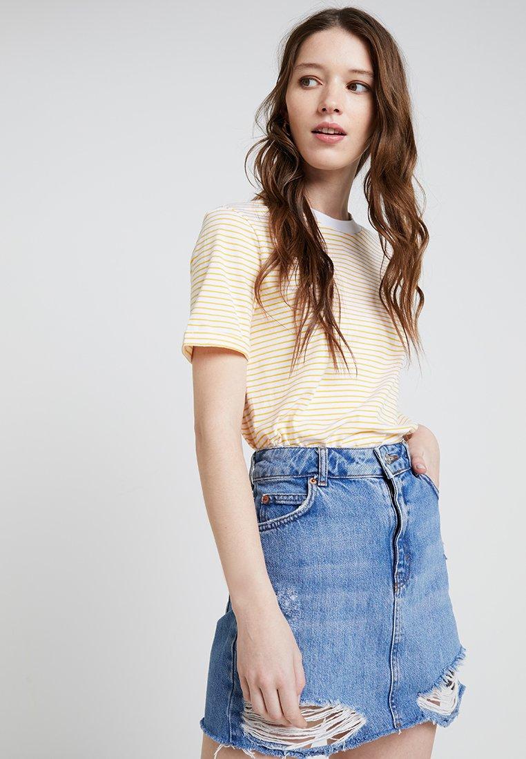 Pieces - PCRIA FOLD UP TEE - T-Shirt print - bright white/lemon chrome
