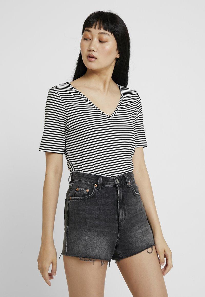 Pieces - PCHANNAH - T-shirt imprimé - bright white/black