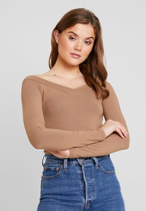 PCMALIVA OFF SHOULDER V-NECK - Bluzka z długim rękawem - toasted coconut