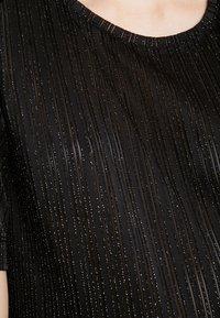Pieces - T-shirt con stampa - black/silver - 4