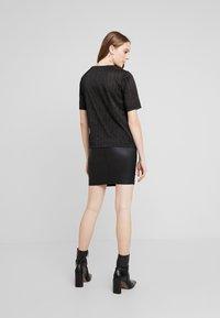 Pieces - T-shirt con stampa - black/silver - 2