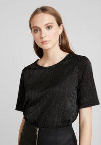 Pieces - T-shirt con stampa - black/silver - 0