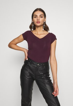 PCMALIVA OFF SHOULDER V-NECK - Basic T-shirt - winetasting