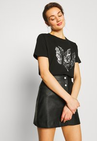 Pieces - PCFEATHER TEE - Print T-shirt - black - 3