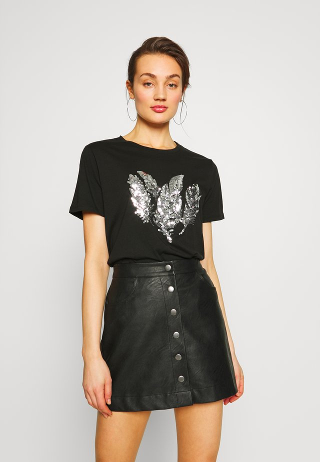PCFEATHER TEE - T-shirt con stampa - black