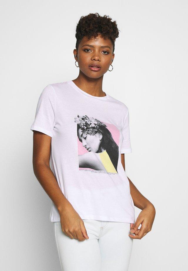 PCFLORAL HEAD TEE - Print T-shirt - bright white