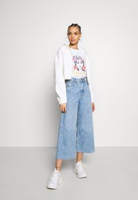 Pieces - PCFACE COOL GIRL TEE - T-shirt imprimé - bright white - 1