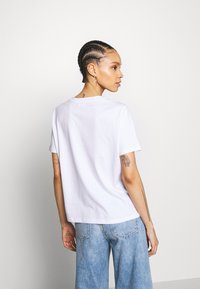 Pieces - PCFACE COOL GIRL TEE - T-shirt imprimé - bright white - 2
