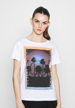 PCASALI TEE  - Camiseta estampada - bright white