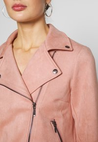 Pieces - PCCRIA BIKER JACKET - Jacka i konstläder - misty rose - 3