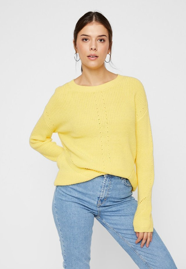 PCKARIE LS O-NECK KNIT NOOS - Jersey de punto - yellow