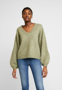 Pieces - PCJILLA V-NECK - Jersey de punto - deep lichen green - 0