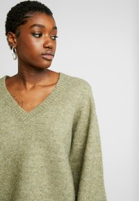 Pieces - PCJILLA V-NECK - Jersey de punto - deep lichen green - 4