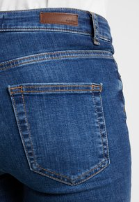Pieces - PCDELLY - Vaqueros pitillo - medium blue denim - 6