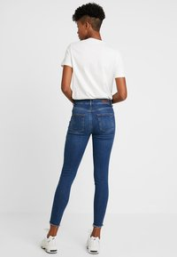 Pieces - PCDELLY - Vaqueros pitillo - medium blue denim - 3
