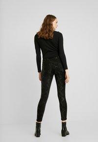 Pieces - PCJACY GLITTER SNAKE - Jeans Skinny Fit - black - 2