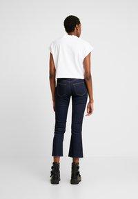 Pieces - PCDELLY KICK FLARED RAW HEM - Jeans a zampa - dark blue denim - 2