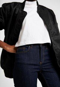 Pieces - PCDELLY KICK FLARED RAW HEM - Jeans a zampa - dark blue denim - 4
