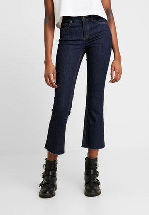 PCDELLY KICK FLARED RAW HEM - Flared jeans - dark blue denim
