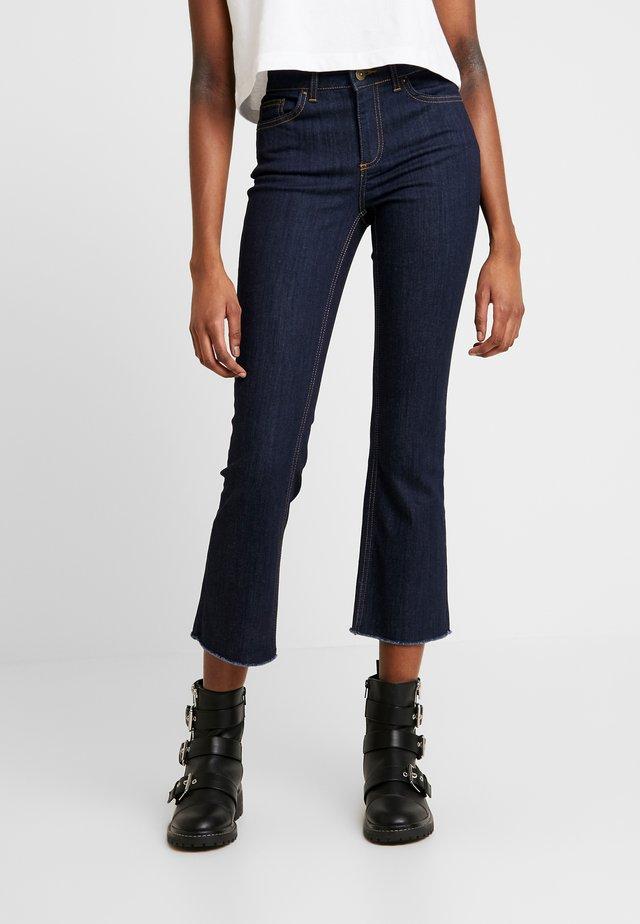 PCDELLY KICK FLARED RAW HEM - Jeans a zampa - dark blue denim