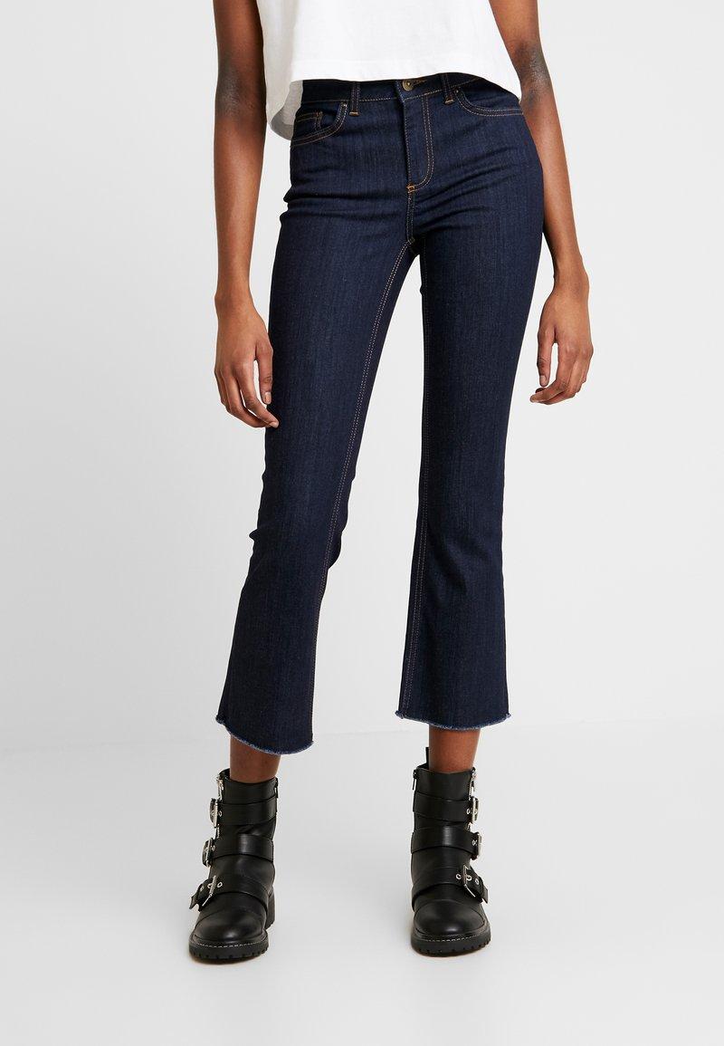 Pieces - PCDELLY KICK FLARED RAW HEM - Jeans a zampa - dark blue denim
