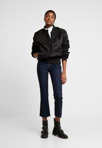 Pieces - PCDELLY KICK FLARED RAW HEM - Jeans a zampa - dark blue denim - 1