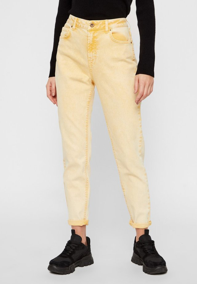 PCLEAH MOM HW ANK COLOUR ACID JEANS - Jeansy Straight Leg - artisans gold