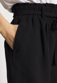 Pieces - PCAVERY - Shorts - black - 4