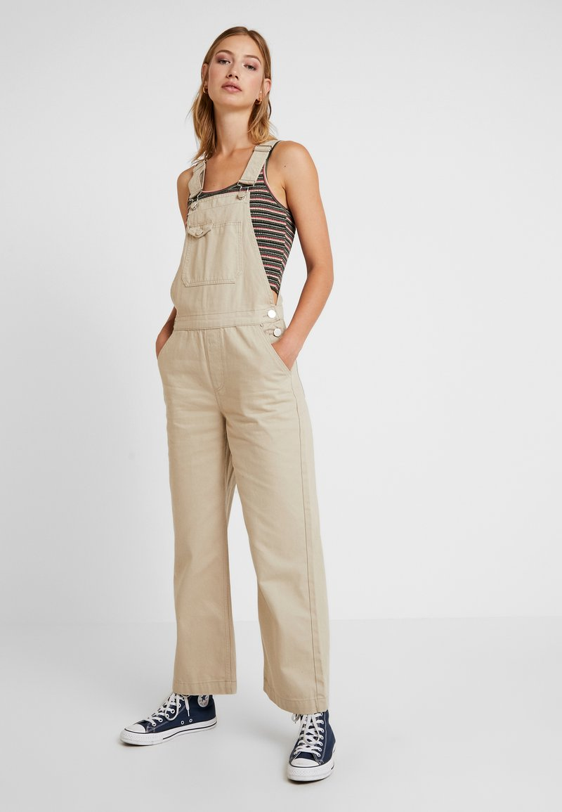 Pieces - PCHAILY DUNGAREE - Latzhose - white pepper