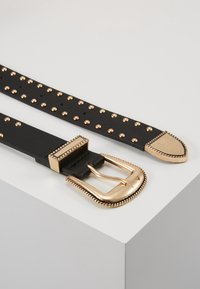Pieces - PCHOLLIA JEANS BELT KEY - Riem - black/gold-coloured - 1