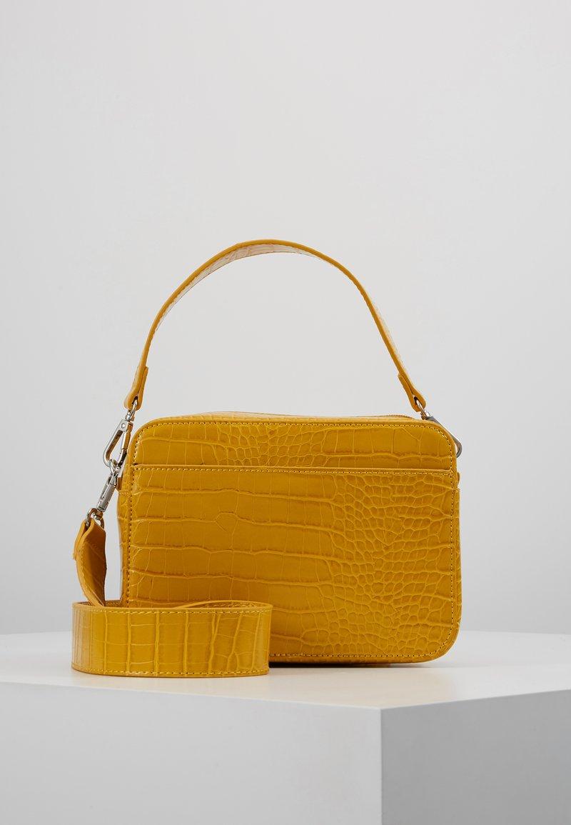 Pieces - PCFILUCA CROSS BODY - Handbag - mellow yellow