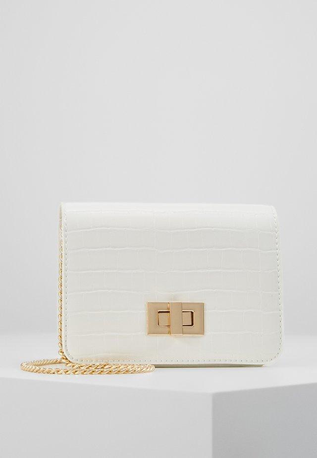 PCKAMILLE CROSS BODY - Across body bag - bright white/gold