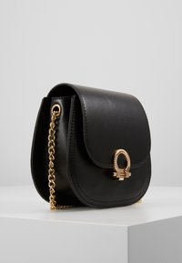 Pieces - PCHOLLIE CROSS BODY D2D - Skulderveske - black/gold-coloured - 4