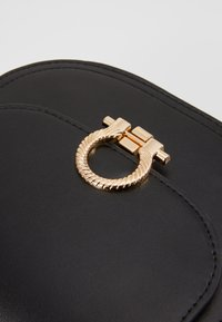 Pieces - PCHOLLIE CROSS BODY D2D - Skulderveske - black/gold-coloured - 2