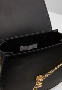 Pieces - PCHOLLIE CROSS BODY D2D - Skulderveske - black/gold-coloured - 5