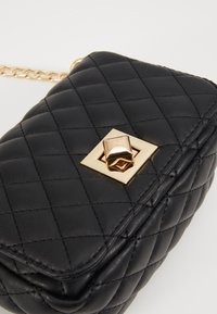 Pieces - PCNIKI CROSS BODY - Skulderveske - black/gold - 2