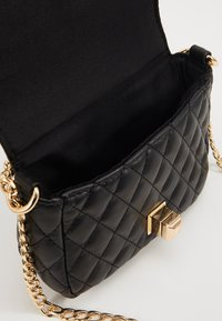 Pieces - PCNIKI CROSS BODY - Skulderveske - black/gold - 4