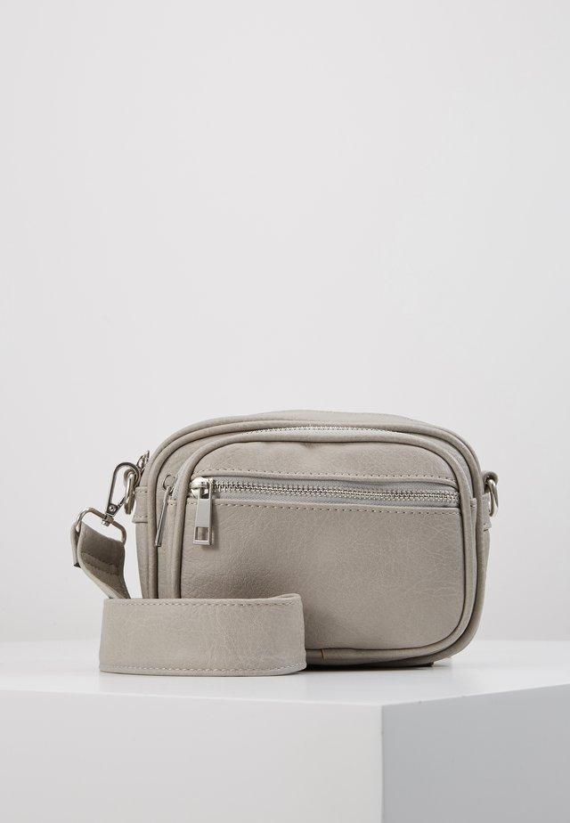 PCELE CROSS BODY - Skulderveske - whitecap gray