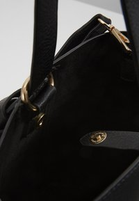 Pieces - PCBEA SHOPPER D2D - Across body bag - black/gold - 4
