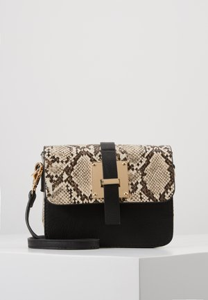 PCLUX CROSS BODY  - Skulderveske - black/gold