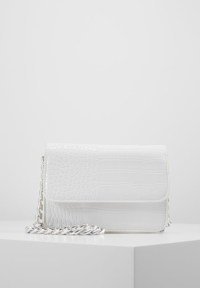 PCDRAPE CROSS BODY - Axelremsväska - bright white/silver