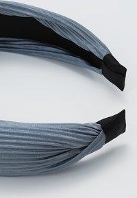 Pieces - Příslušenství kvlasovému stylingu - dusty blue - 2