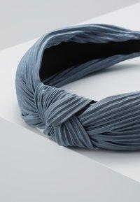 Pieces - Příslušenství kvlasovému stylingu - dusty blue - 4