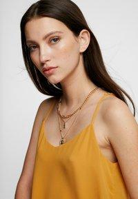 Pieces - PCOSIGGA COMBI NECKLACE - Necklace - gold-coloured - 1