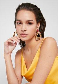 Pieces - PCSIGEM EARRINGS  - Örhänge - gold colour/multi - 1