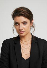 Pieces - PCNATINA COMBI NECKLACE KEY - Necklace - gold-coloured - 1