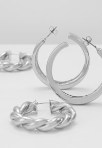 Pieces - PCOLKA HOOP EARRINGS 2 PACK - Øredobber - silver-coloured - 2